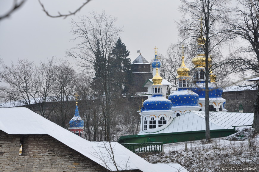 Псково-Печерский монастырь, расположенный в 50 км. от Пскова, почти на границе с Эстонией, ведет свою историю уже более 500 лет.