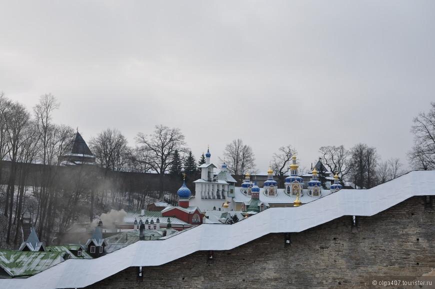 К северо-востоку от крепостных стен на холме расположена смотровая площадка, откуда открывается красивый вид на монастырь. В отличие от многих других русских монастырей Псково-Печерский частично расположен внизу холма.