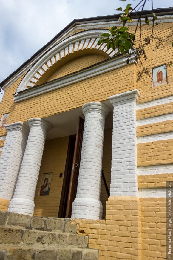 Церковь возведена бабушкой поэта Е.А. Арсеньевой в память о дочери.