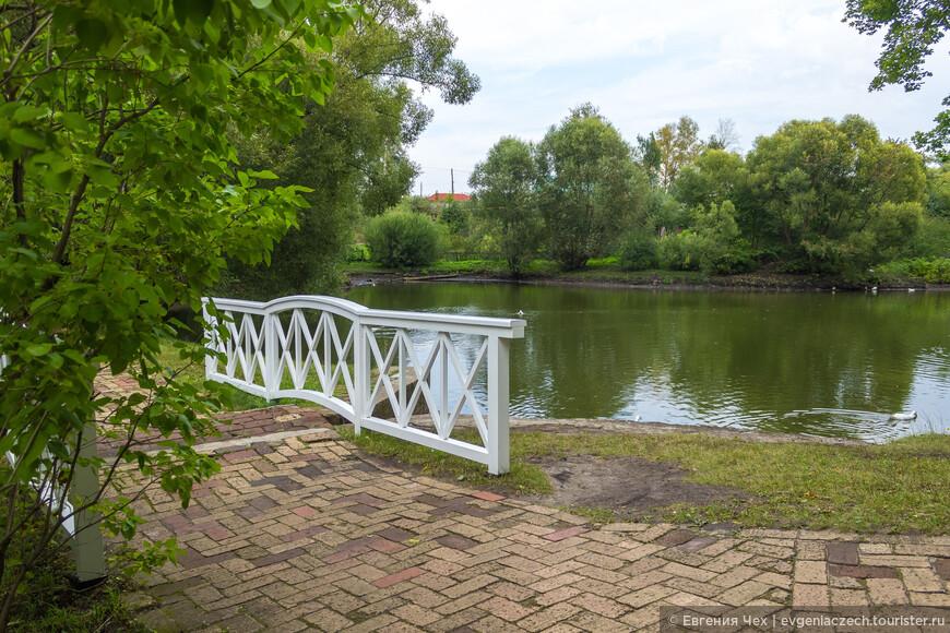 Романтичные мостики перекинуты через пруды.