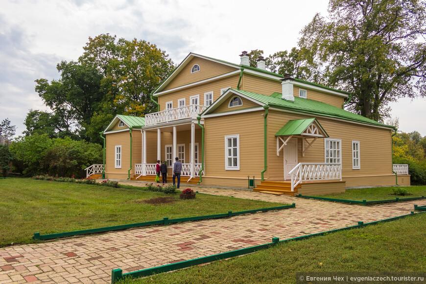 Здание усадьбы, деревянное, с мезонином.