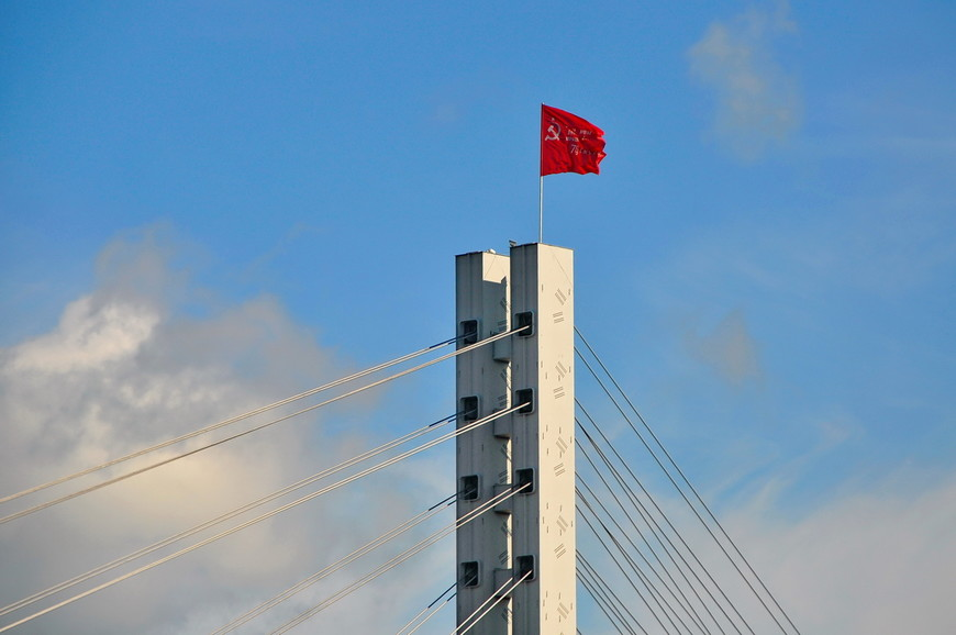 13. На мосту влюбленных построенном в последние годы СССР зачем-то его развивается флаг…