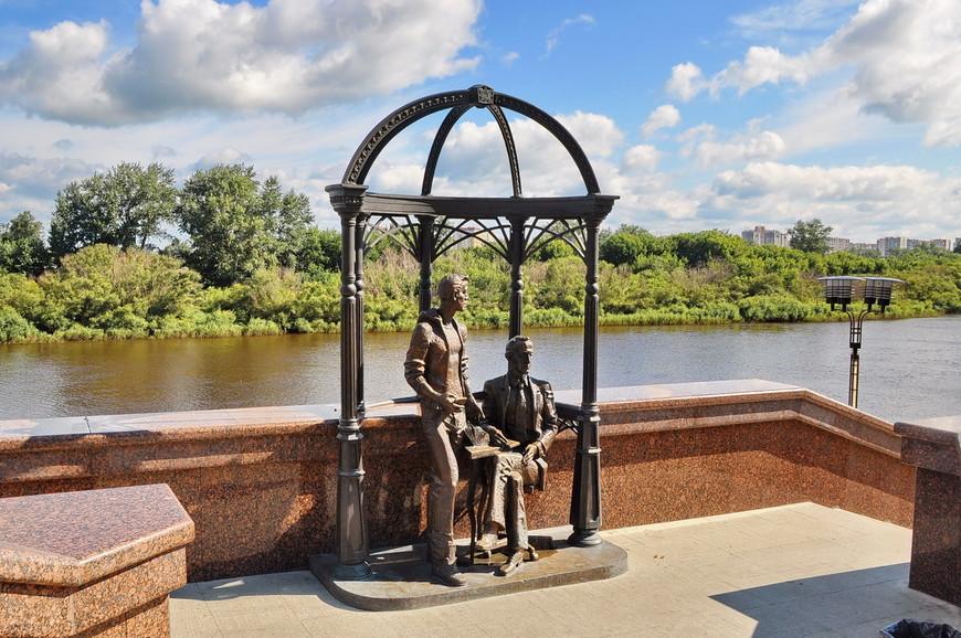 37. Памятник вдохновенным инженерам. Скульптор не смог даже изобразить хват рукой смартфона, он просто лежит в ладони…