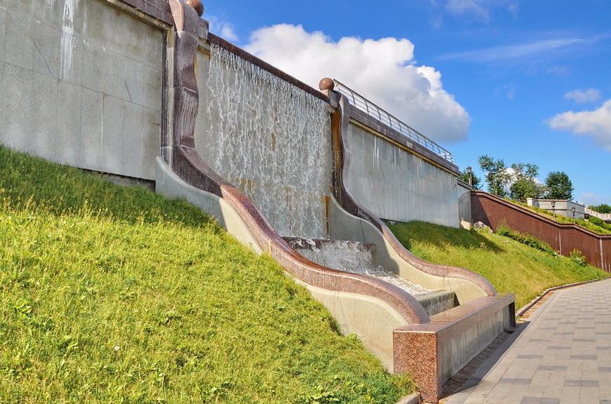 39. А водопад отличный, к сожалению вода подтекает по стенкам и немного портит общий вид, но не стоит удивляться, набережной уже больше 3-х лет…