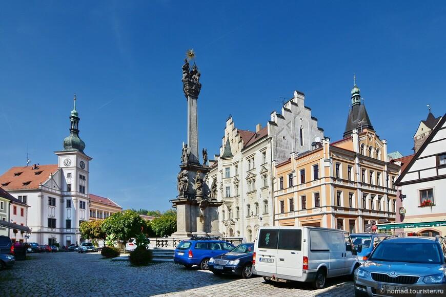 Центральная площадь с Ратушей (слева) и Колонной Пресвятой Троицы