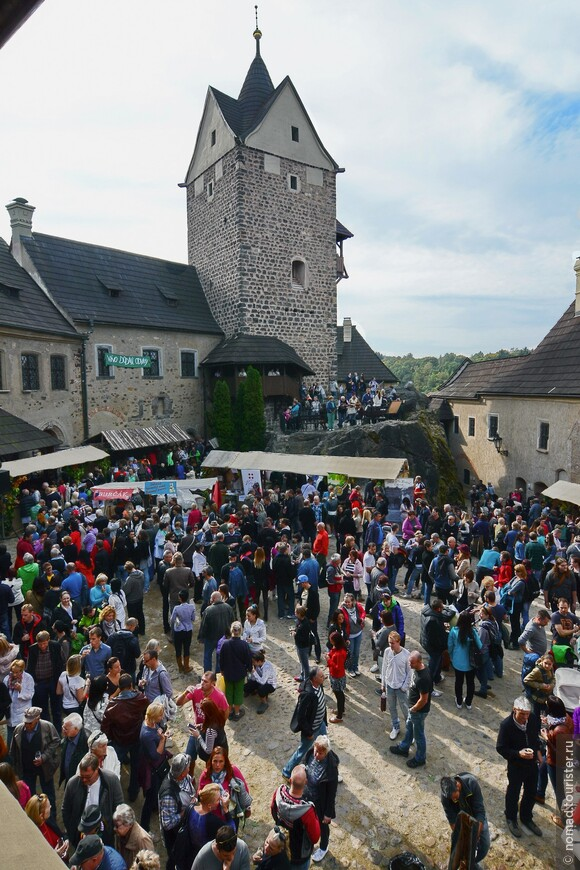 Вид на центральную площадь замка.