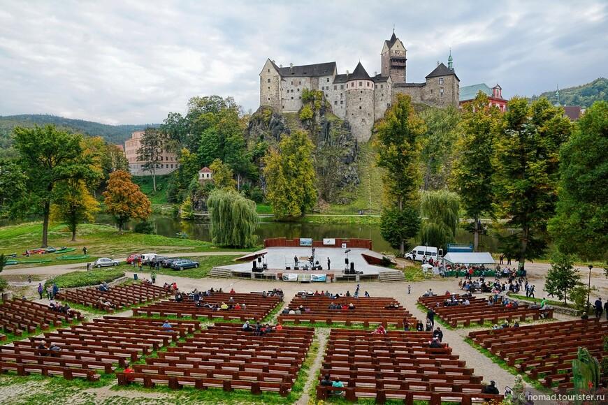 Вид на замок от открытого театра.
