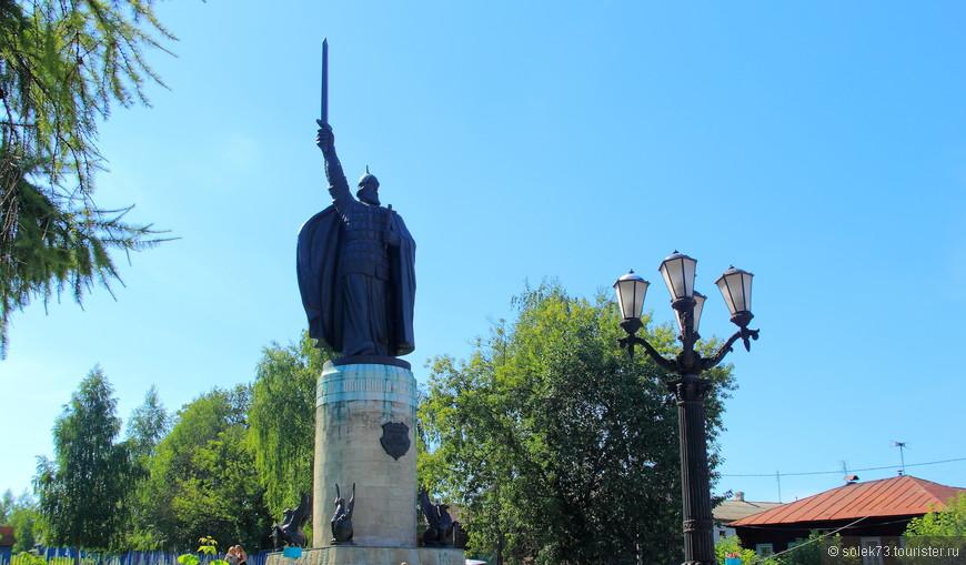 Центр города и его визитная карточка- Илья Муромец  на высоком берегу р. Ока