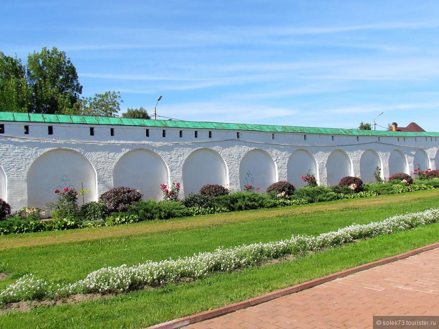 Белокаменные стены монастыря