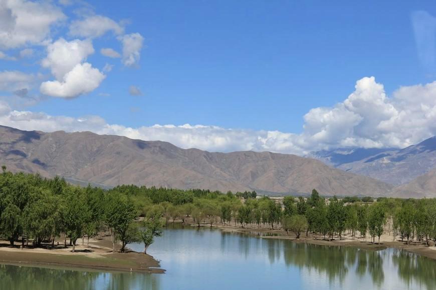 Река Брахмапутра, горный пейзаж окрестностей Лхасы