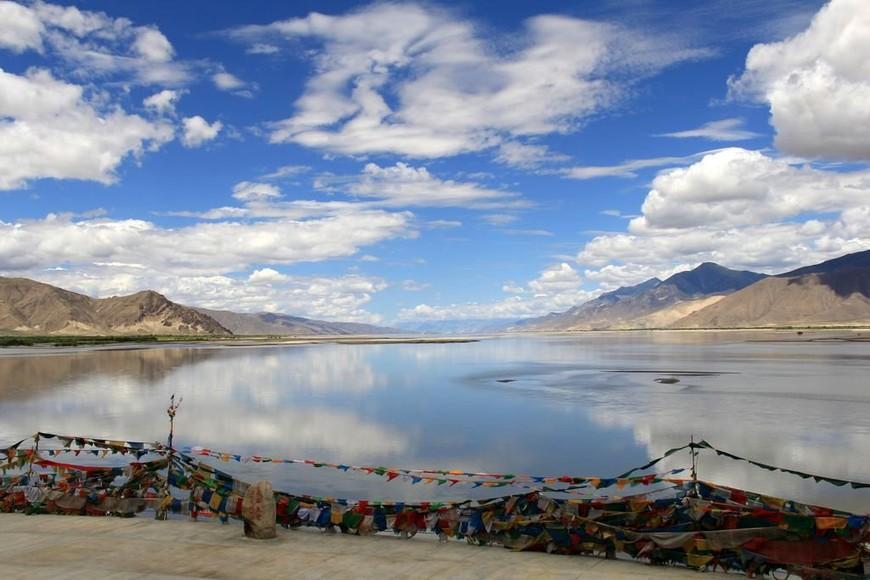 Вид на Брахмапутру, по-тибетски река называется Ярлунгцзампо