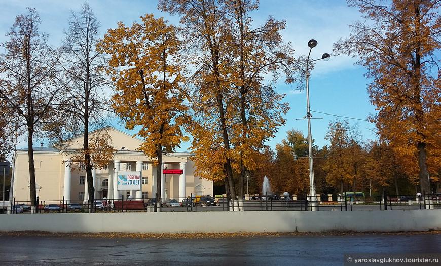 Осенняя площадь Гознака. Настоящее жёлтое кольцо.