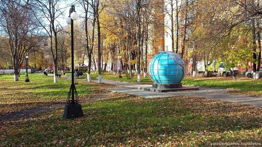"""А на проспекте Мира, возле """"Земного шара"""", осень золотая."""