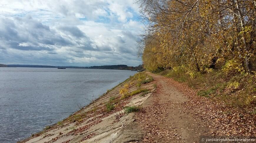 Набережная Камы усыпана листьями. Они шуршат под ногами и кружатся на ветру, а с реки дует ветерок.