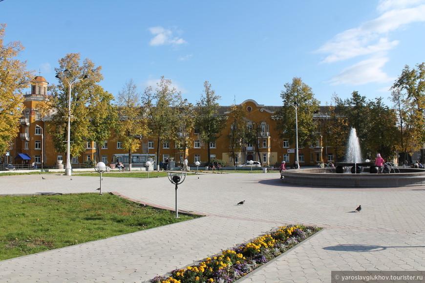 Осенью на площади Гознака очень живописно, тепло, хорошо.