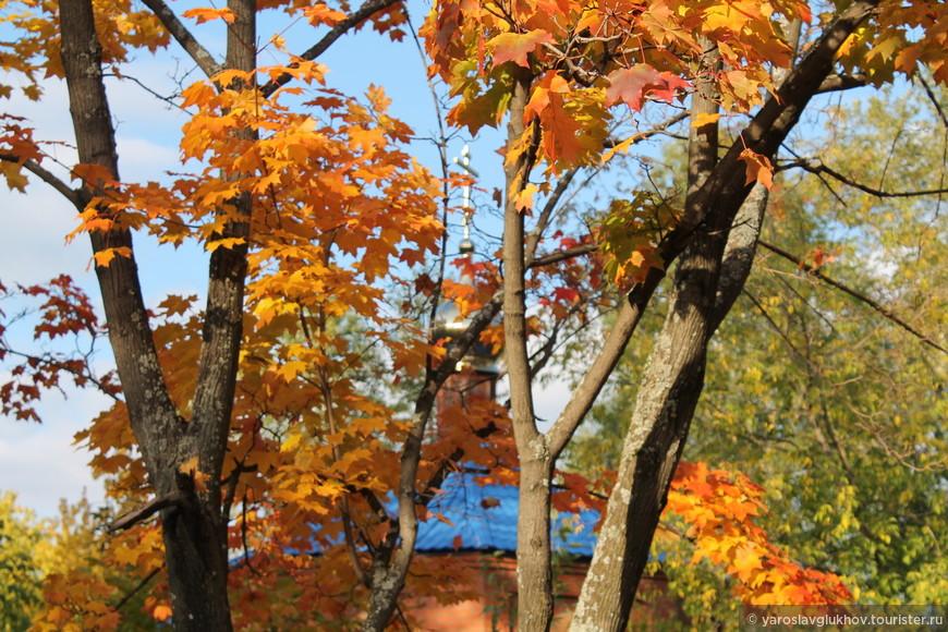 И часовня осенью смотрится очень красиво.