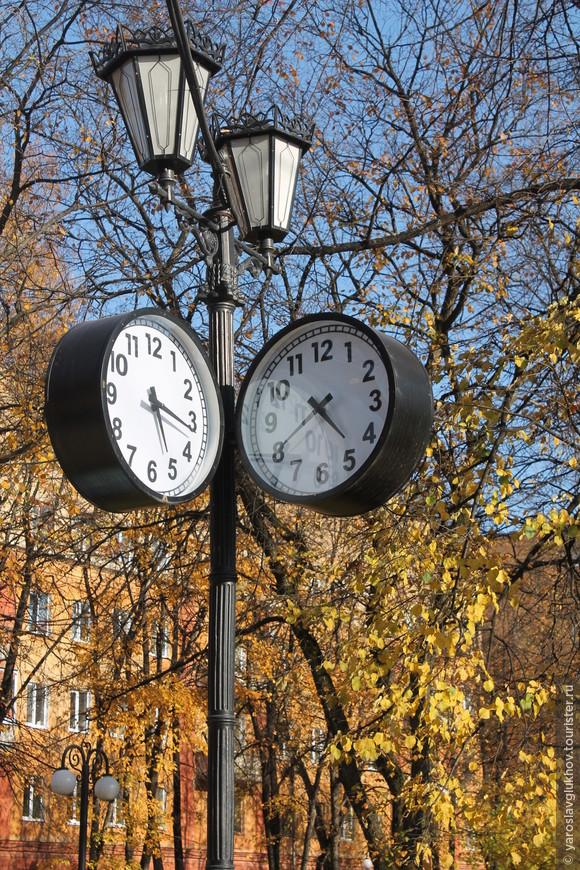 А часы отсчитывают возраст города... Ещё одна осень... А за ней зима...