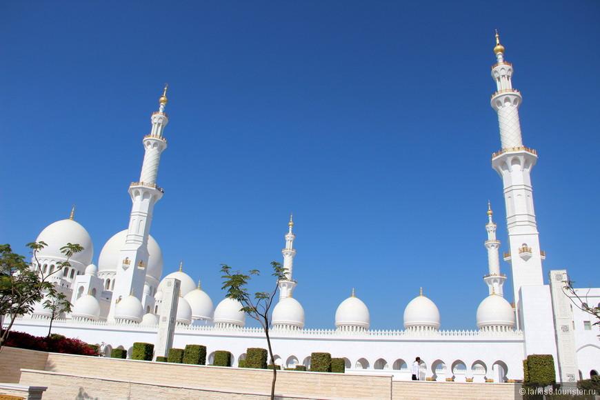Мечеть по периметру окружает стена с 82 мраморными куполами с золочеными  полумесяцами сверху, а по углам расположены 4 минарета высотой более 107 метров каждый.