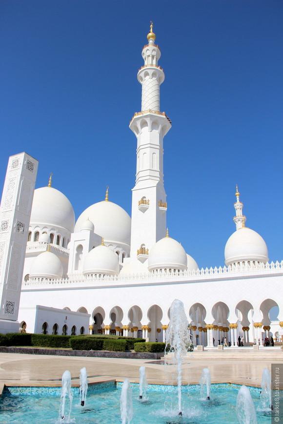 Вокруг мечети множество различных фонтанов.
