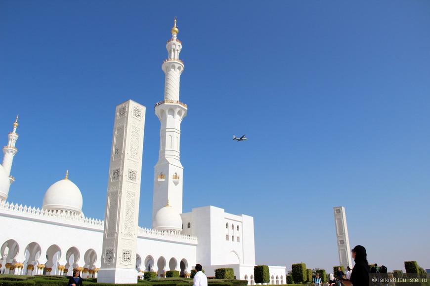 Над мечетью почему-то очень часто летают самолеты.