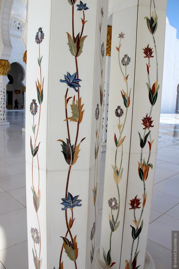Более тысячи колонн из белоснежного мрамора, инкрустированные орнаментом из драгоценных и полудрагоценных камней окружают центральный двор мечети и создают тенистые коридоры с легким ветерком, позволяющим укрыться от палящего солнца.