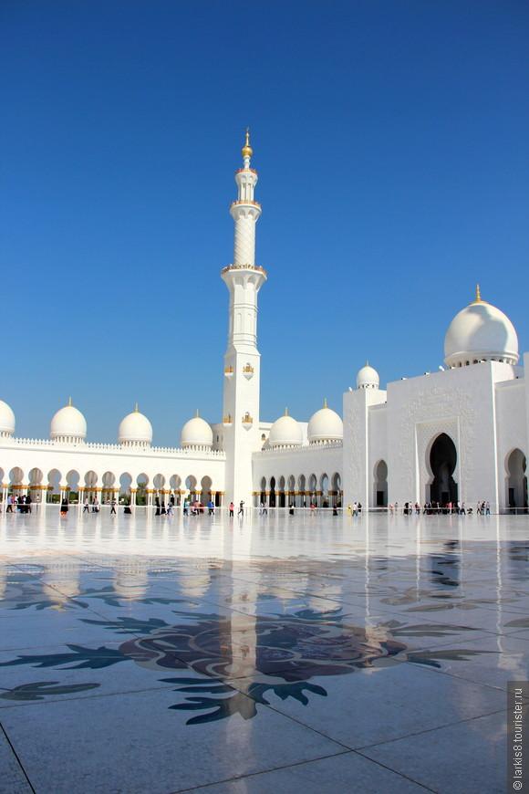 Мечеть шейха Заида имеет просторный, выложенный белыми мраморными плитами с крупным цветочным орнаментом внутренний двор, площадь которого составляет около 17 тыс. м².