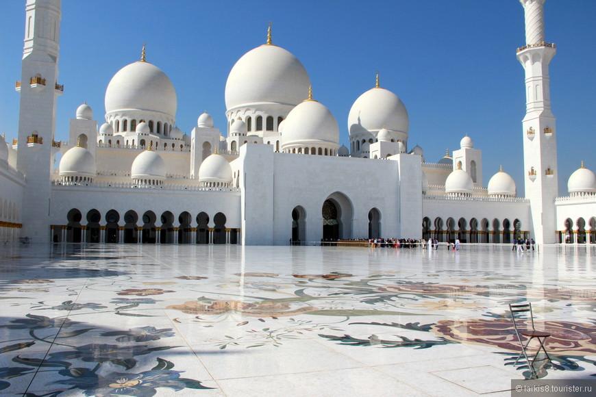 Мраморный гладко отполированный пол внутреннего двора мечети с цветочным орнаментом похож на огромный каменный ковер.