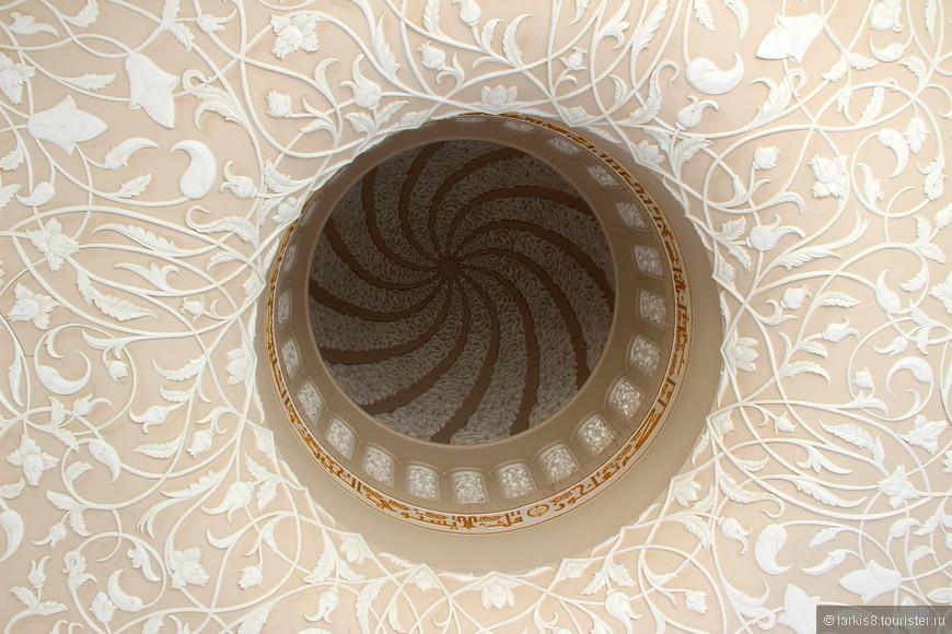 Купола изнутри отделаны тончайшим узором из лепнины.
