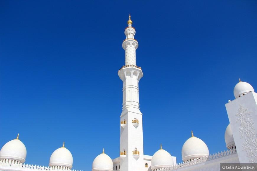 Вся мечеть снаружи и внутри отделана белым македонским мрамором, который на ярком солнце ослепляет своей белизной и смотреть на него без солнечных очков очень сложно!