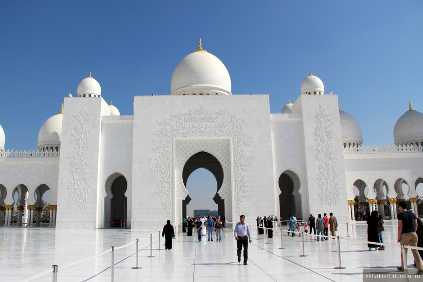 Вход в мечеть открыт для всех, в том числе немусульман. В год его посещают более 300 тысяч человек. Перед заходом в здание мечети необходимо снять обувь, для которой перед входом расположены специальные полочки.