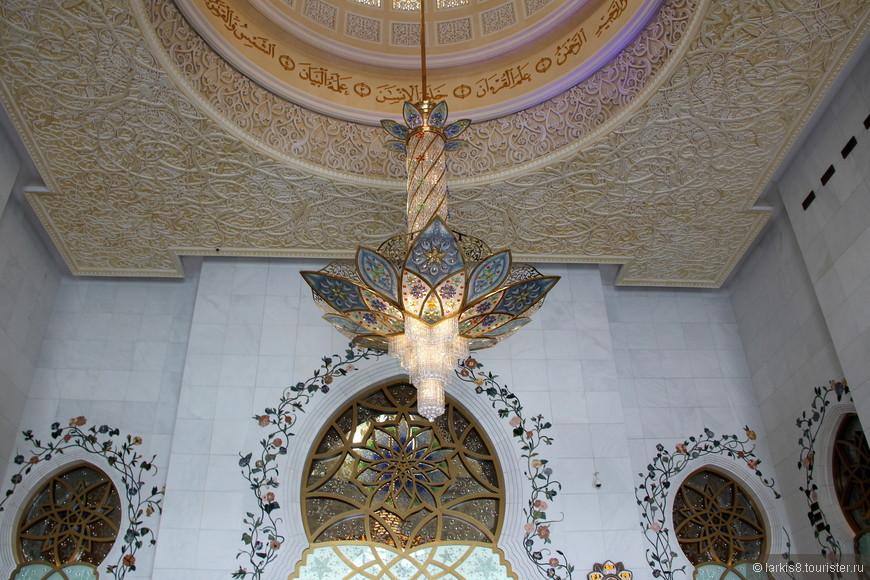 В здании мечети перед входом в молельный зал.