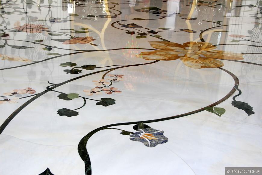 Мраморный пол отделан цветами из агата, лазурита, малахита и прочих полудрагоценных камней.