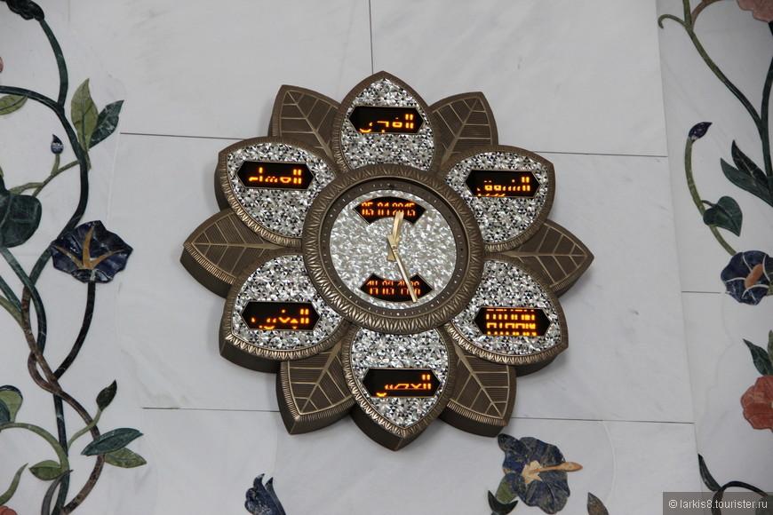 Часы в воде огромного цветка отделаны перламутром.