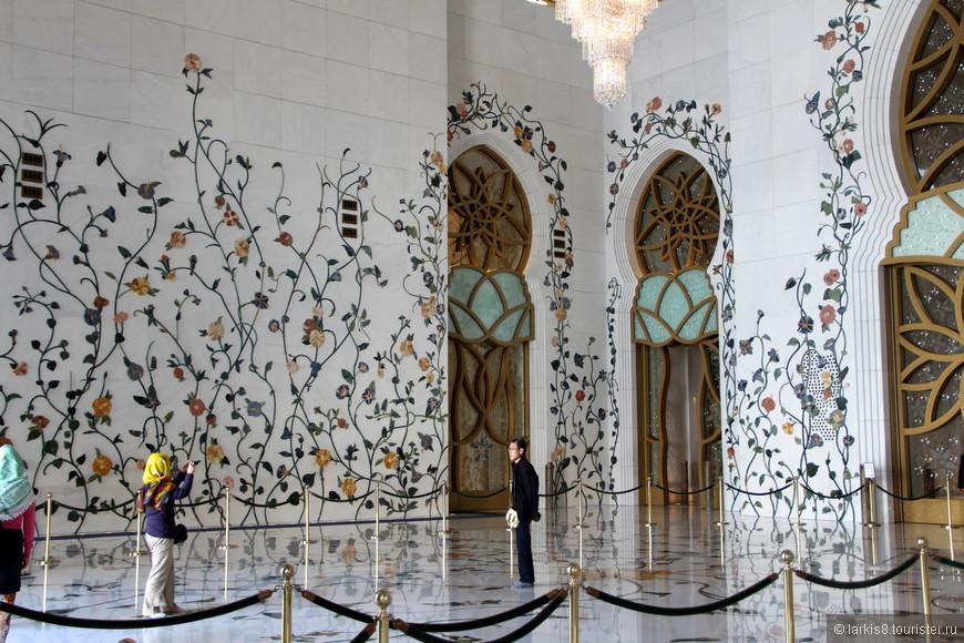 Стены увиты волшебными каменными цветами.