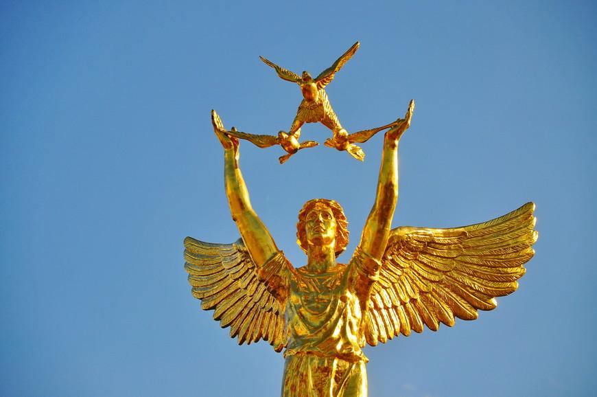 02. Классическая статуя, как и во многих городах России. Почему-то ее так любят ставить в городах, что-то символичное?