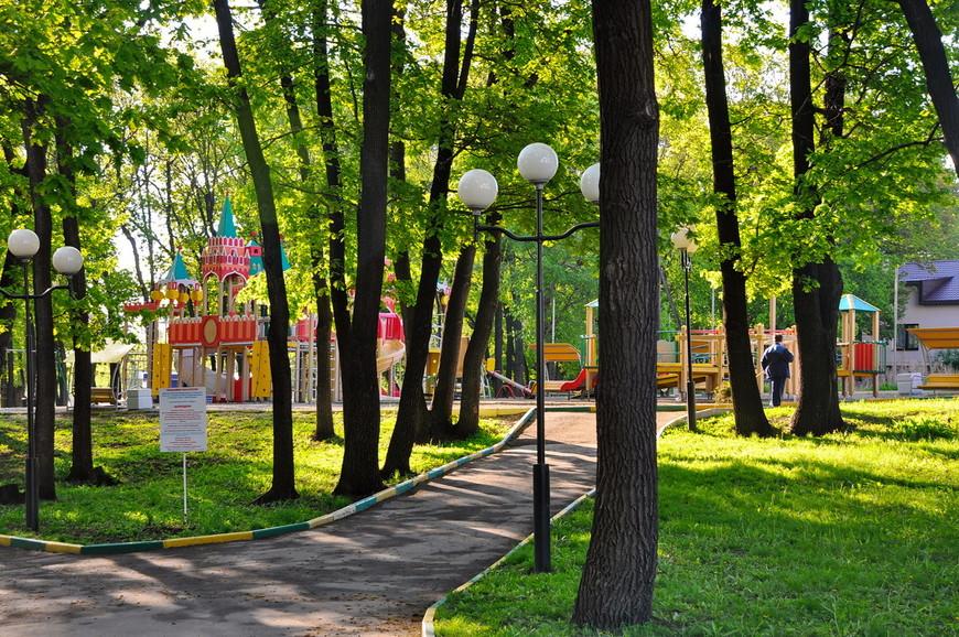 04. Парк победы представляет собой просто… парк. Пара дорожек, детская площадка, какие-то статуи – ничего примечательного.