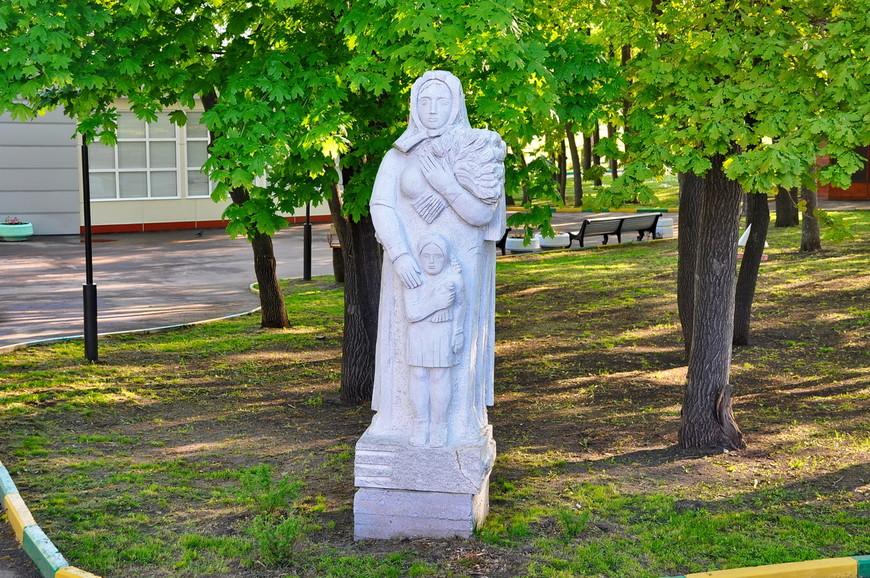 05. Статуи стоят без описания, без предыстории, видимо, лишь завидев их я должен был прослезиться. Не понимаю смысла в них, что они должны донести?