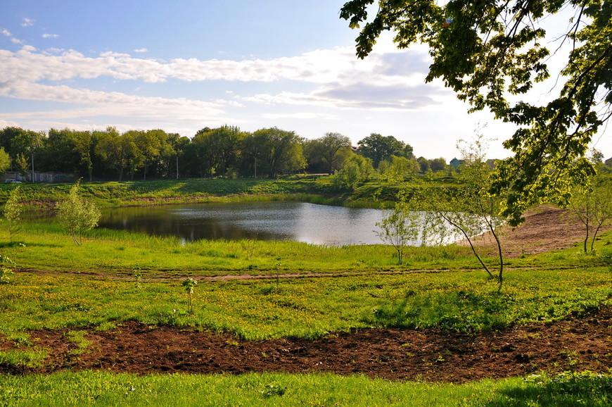 09. Рядом имеется небольшой искусственный водоем, который в корне меняет картину с парковой зоной и она становится в разы приличней.