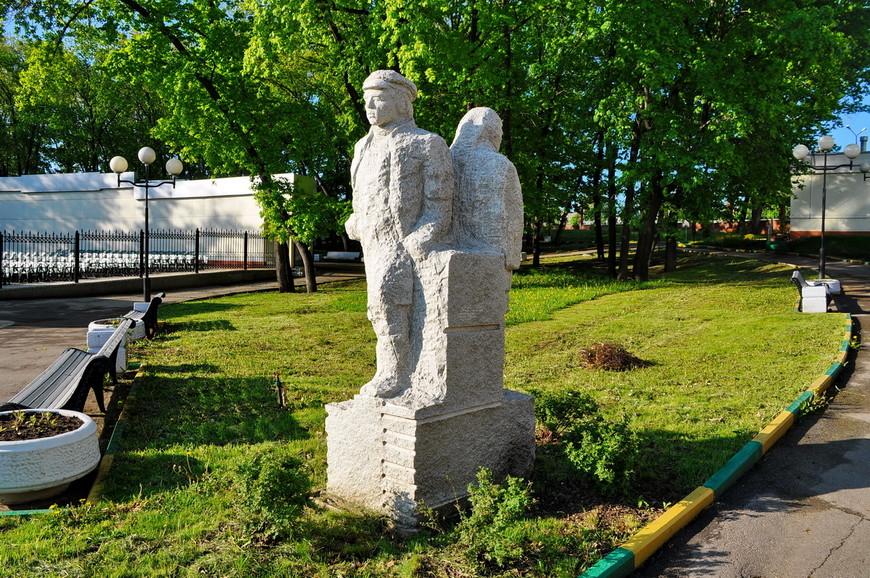 11. Скульптуры сделаны очень непрофессионально, пропорции ужасные, детализации никакой.