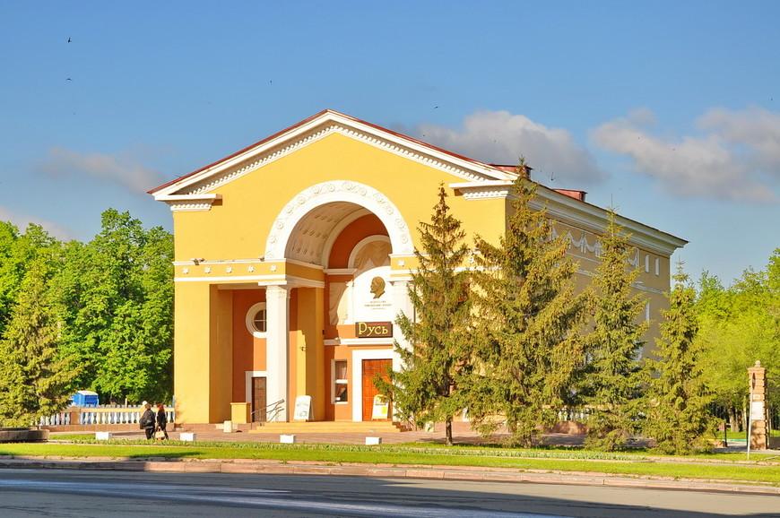 17. Город довольно молодой, и застраиваться он начал уже под конец сталинской эпохи. Поэтому красивых зданий в городе почти нет, за некоторыми исключениями.
