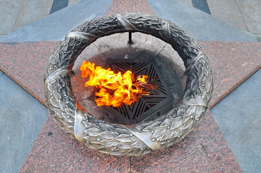 25. Красиво сделан венок у вечного огня.