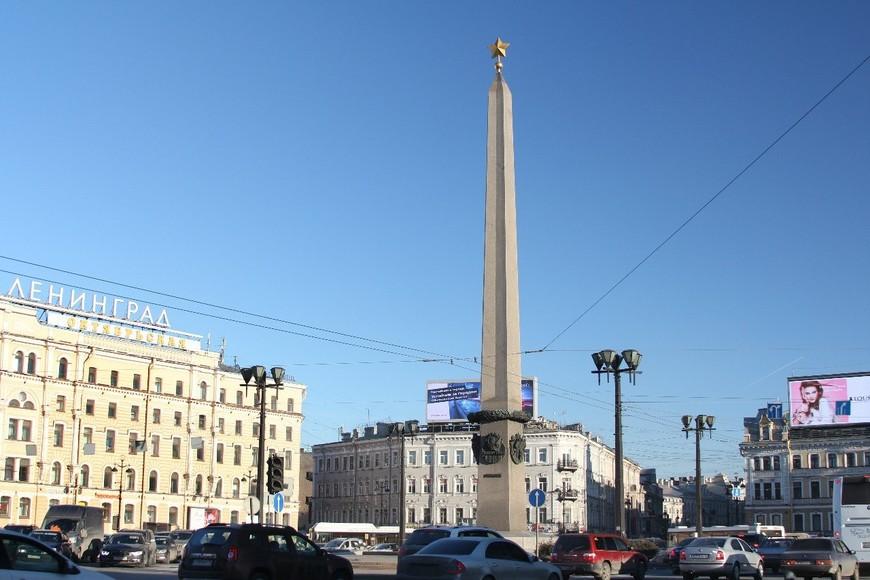 Площадь Восстания и обелиск «Городу-герою Ленинграду» в центре площади.