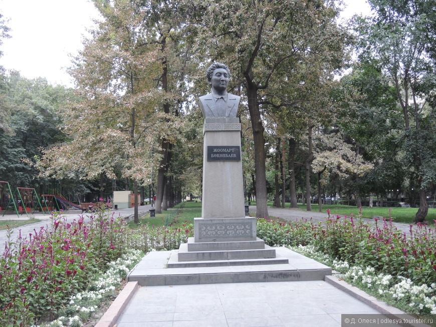 памятник писателю Жоомарту Боконбаеву