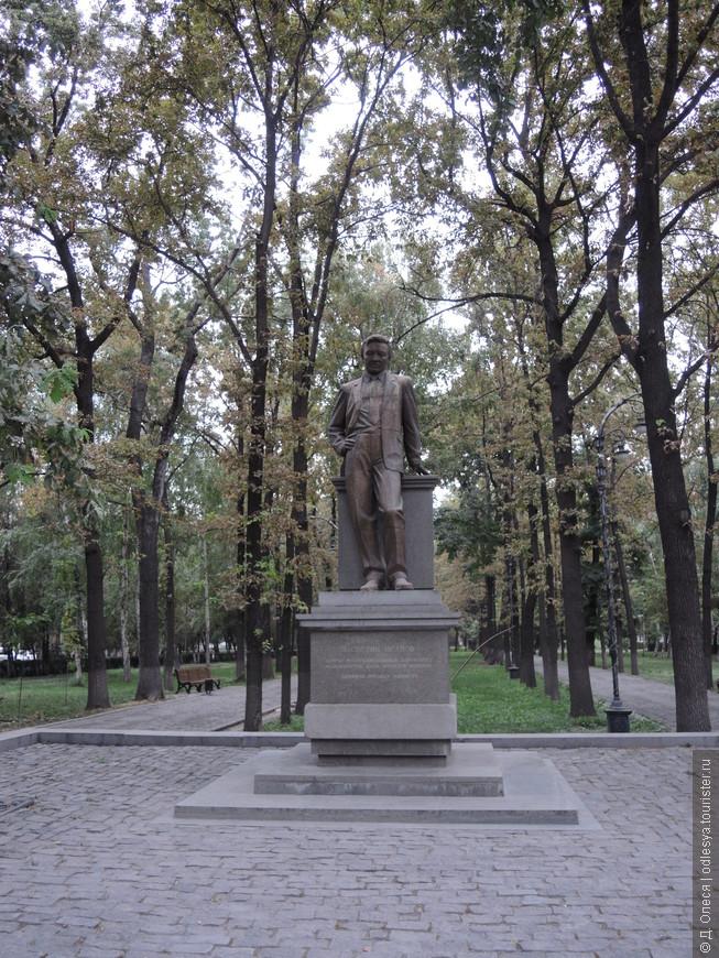 памятник Насирдину Исанову - первому премьер-министру