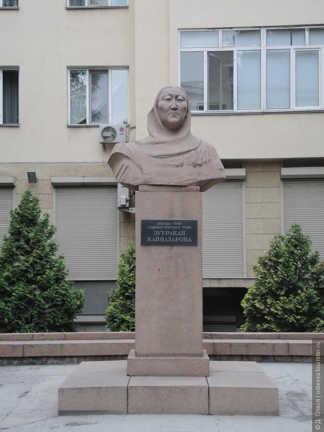 памятник колхозному новатору и дважды Герою Советского Союза