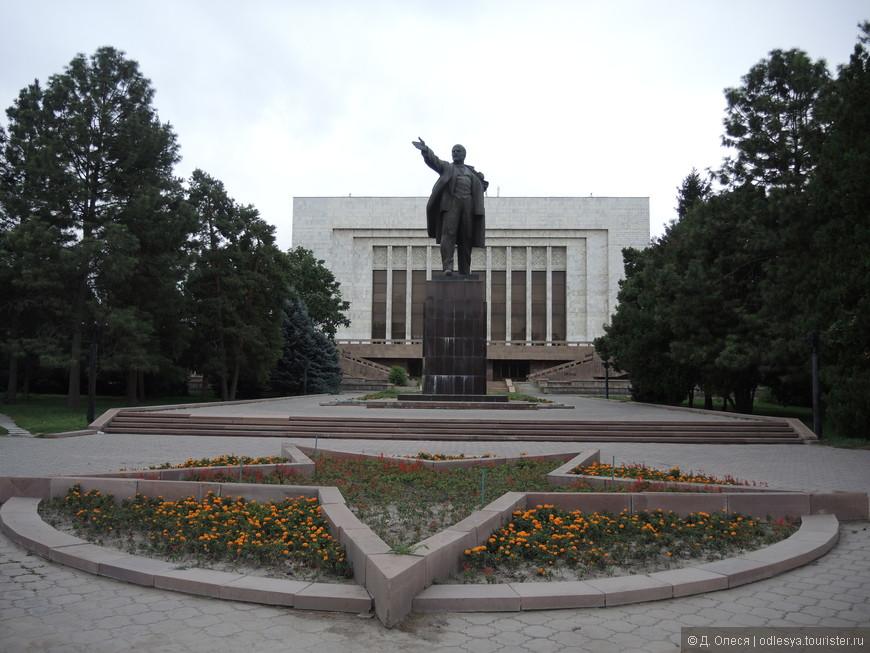 памятник В.И. Ленину за историческим музеем