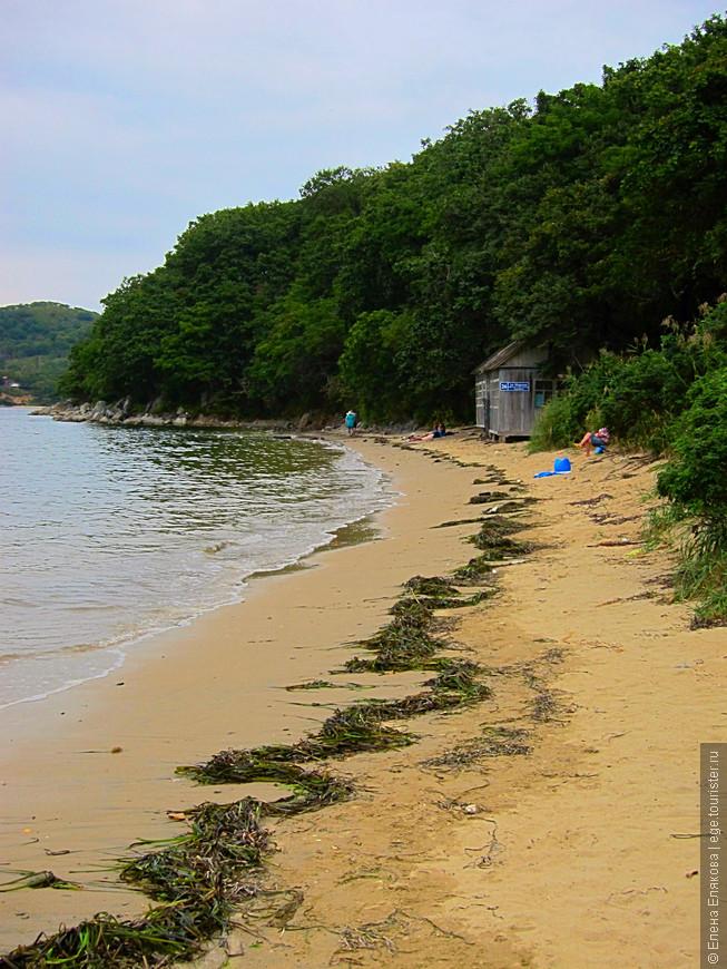 Отголоски японского тайфуна - это был единственный пасмурный день. Это пляж Водолазки, а впереди - ежиный домик, так и не знаю почему он так называется, наверно, лаборатория, к которой он относится, что-то добывала из морских ежей, которых раньше  здесь было много, двух видов - черные и серые. У серых более вкусная икра, а черные имеют более длинные иглы, на которые не дай бог наступить!