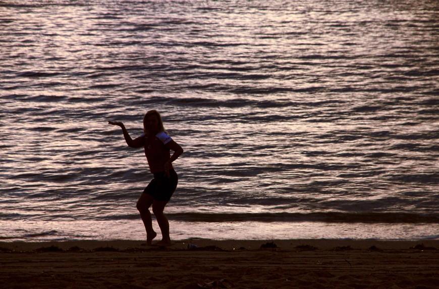 Не все ж лежать... Не все ж бежать... А растягиваться на Бали сам климат велит. Ну, или выкаблучиваться...