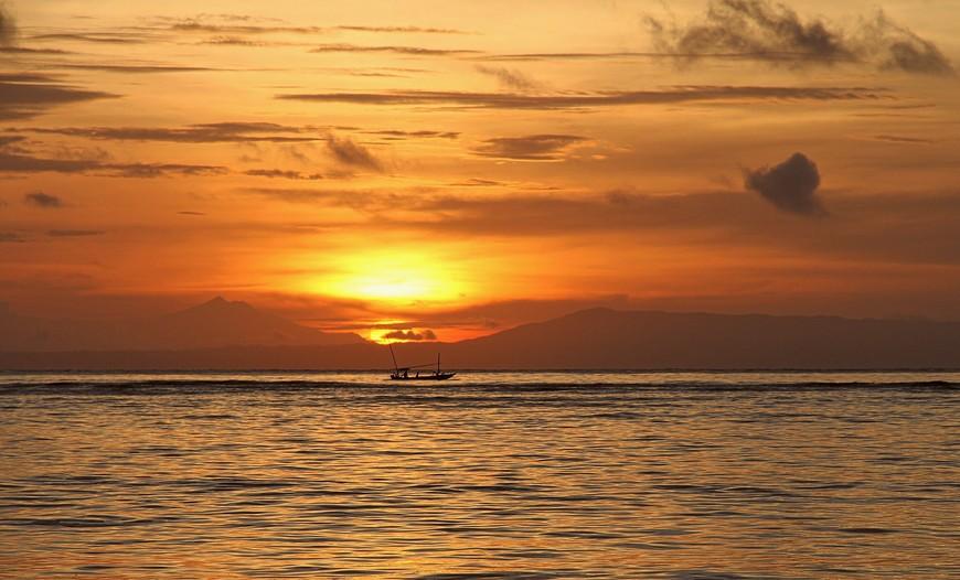 А вот закаты на Бали совсем иные: оглушительные, яркие, громкие, стремительные, ошеломляющие. Словно природа весь день собирается с силами - чем бы таким удивить всех сегодня?