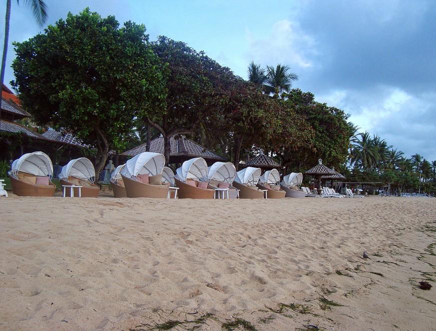 Пляж Нуса Дуа. Публика степенная, возрастная, я бы даже сказала респектабельная. Возлегают дамы в таких вот беседочках и релаксируют с видом на океан...